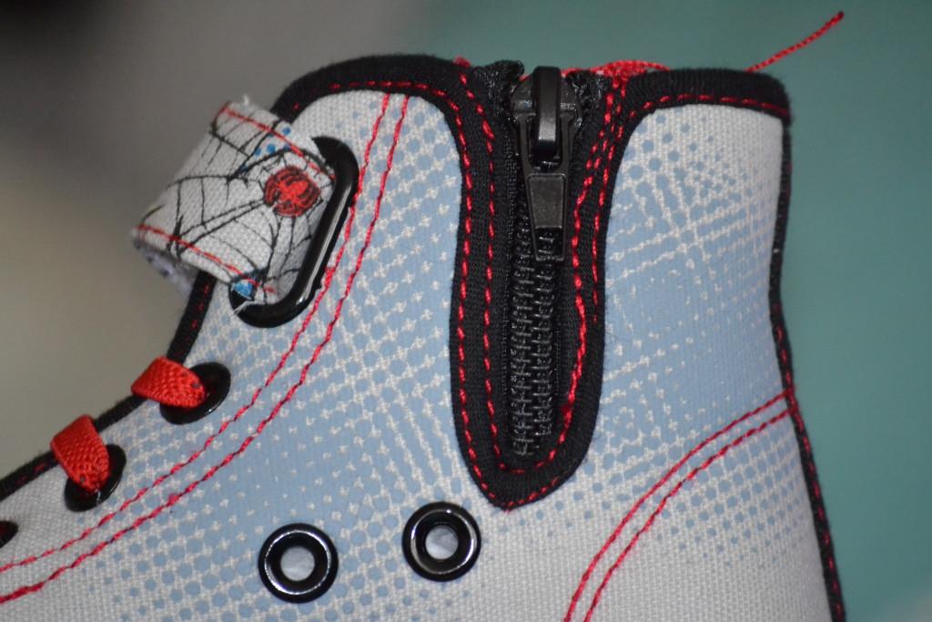 detail zipu z vnitřní strany bot