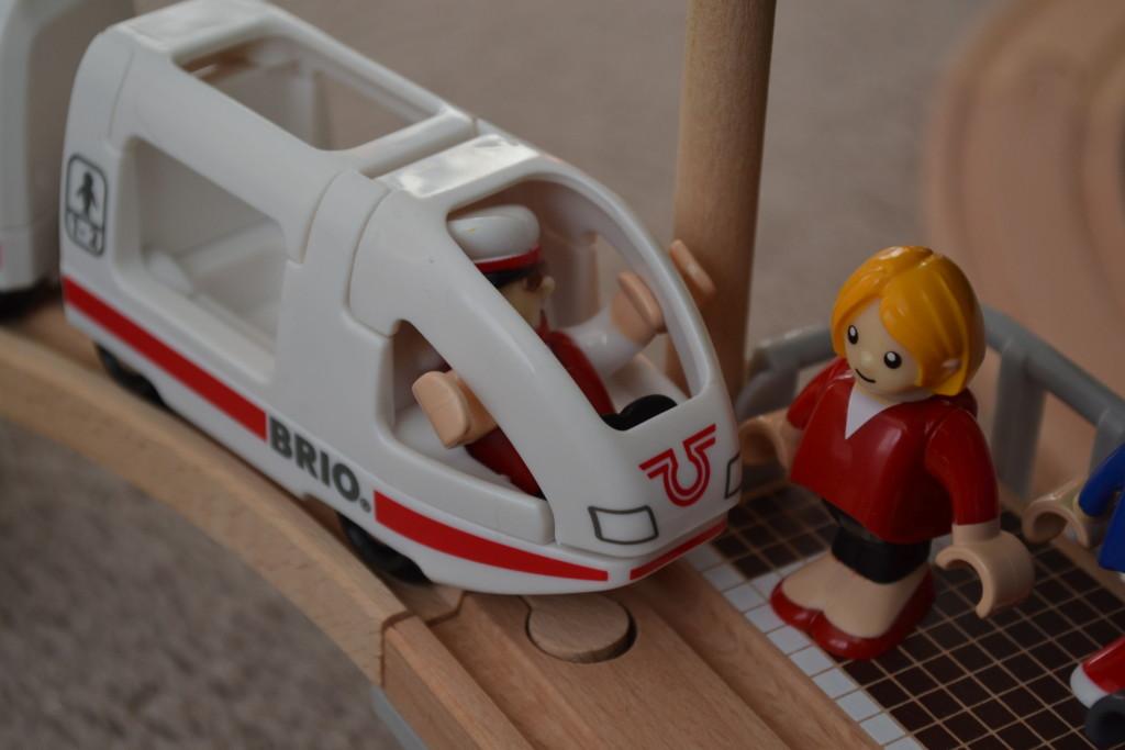 Brio vláčkodráha - přijíždí osobní vlak